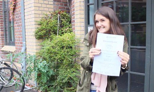 Julia mit ihrer Mitgliedsurkunde der Energiegewinner eG